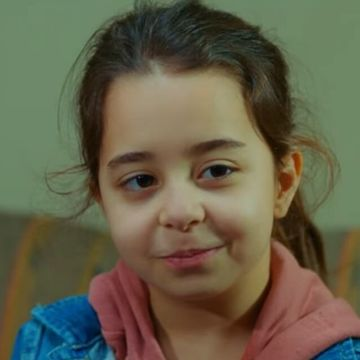 """Micuta Ayse din serialul """"Povestea nostra"""", un talent innascut, care a fascinat publicul! Iata ce familie frumoasa are celebra Beren Gokyildiz!"""
