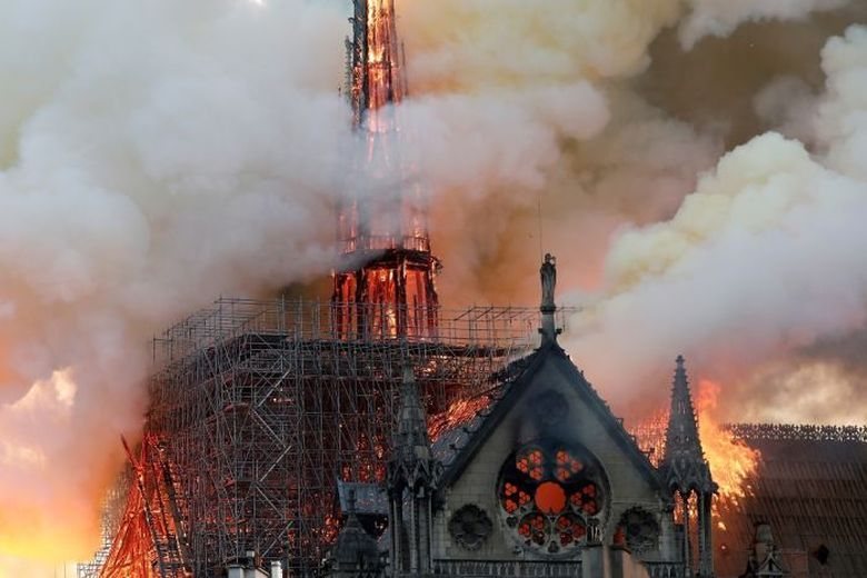 A ars și COROANA DE SPINI a lui Iisus Hristos, o data cu turnul Catedralei Notre-Dame. Momentul cand cade în flăcări