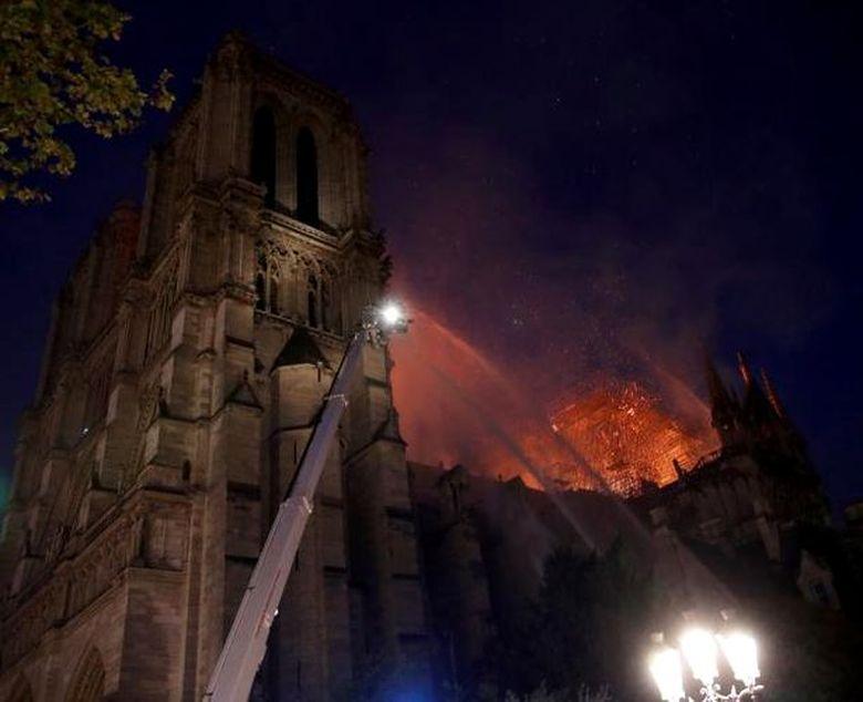 Primele imagini din interiorul catedralei Notre Dame! Ce se intampla cu altarul si crucea? O adevarata MINUNE