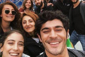 """Imagini fabuloase cu indragitii actori din serialul """"Povestea noastra""""! Iata cum au fost surprinsi Hazal Kaya si Burak Deniz in spatele camerelor de filmat!"""