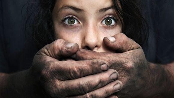 Tatăl și-a abuzat ani întregi fiica vitregă, fără nicio jenă. Când mama copilei a aflat adevărul, le-a lăsat un bilet și a plecat din țară. Ce a scris femeia