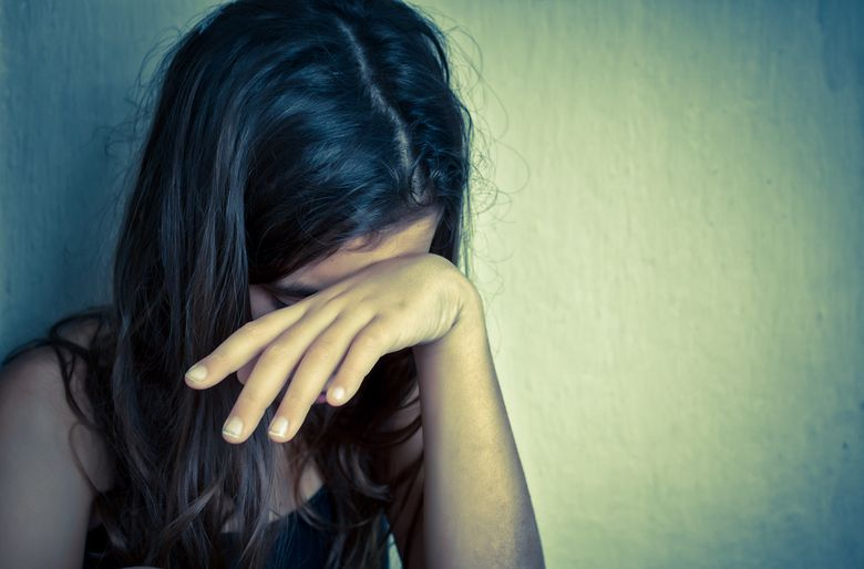 """""""Mama mă obliga să mă uit la ea în timp ce făcea amor cu tatăl meu vitreg, dar apoi ceva înfiorător s-a întâmplat. L-am implorat sa nu o faca"""""""
