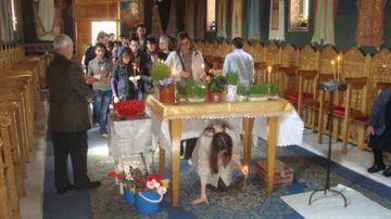 Ce simbolizează trecerea pe sub masă în Vinerea Mare