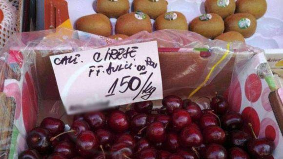 Cozi interminabile in piețe. Prețul cireșelor scade de cinci ori
