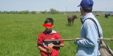 Copil de 12 ani, vandut ca sclav de propriul tata, la Gaesti. Autoritatile sunt in alerta