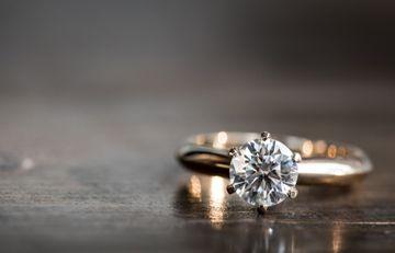 Câteva idei privind alegerea unui inel de logodnă perfect