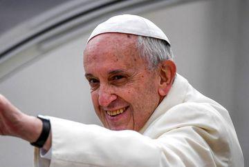 Ce a patit Papa Francisc cand se urca in avion spre Romania!
