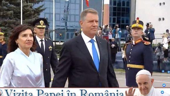 Primele imagini cu Papa Francisc in Romania! Cum l-a intampinat Klaus Iohannis