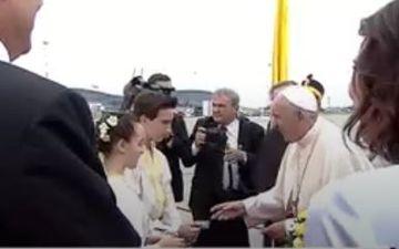 Ti se face pielea de gaina! Cine sunt cei doi copii care l-au intampinat cu flori pe Papa Francisc