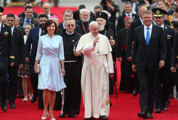 Cum a ales Carmen Iohannis rochia purtata la intalnirea cu Papa! Ce semnifica culoarea aleasa