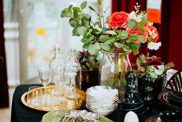 Petrecere la tine acasa? Alege cosuri cu flori drept decoratiuni!