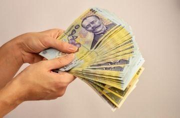 Lege bombă. Românii, obligați să le dea bani părinților. Se pedepsește cu închisoarea!
