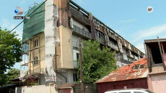 """Cu complicitatea autoritatilor au ajuns in strada acum un an! Tot ce mai au azi pe numele lor sunt creditele si facturile la utilitati! Drama a peste 50 de familii carora le-au ars casele construite ilegal, duminica, de la ora 17:30, la """"Asta-i Romania"""""""