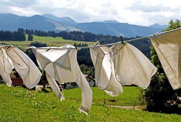 Cum soți petele de deodorant de pe haine în cel mai rapid mod. Este atât de simplu!