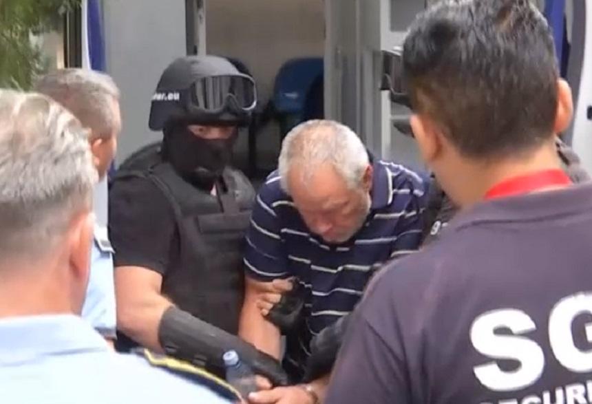 ULTIMA ORA! Imagini socante cu criminalul Gheorghe Dincă! Cărat pe braţe, de mascaţi, la IML