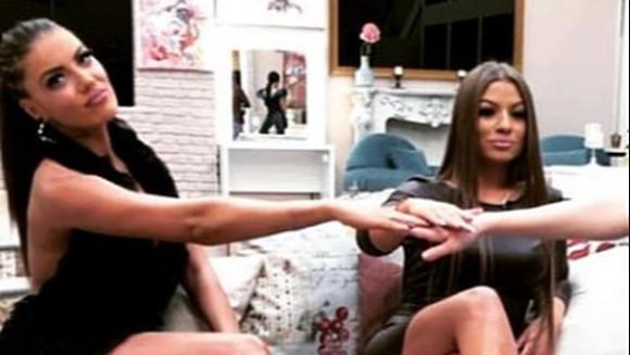 """Roxana si Simona, fostele concurente de la """"Puterea dragostei"""", scene fierbinti in club! Iata cum au fost surprinse cele doua pe ringul de dans!"""
