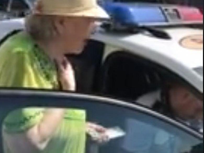Femeie de 81 de ani, amendată că a mers prea încet pe trecerea de pietoni