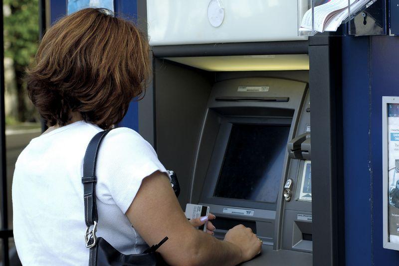 femeie la bancomat