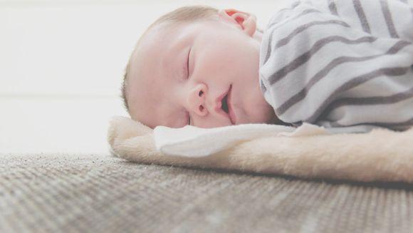 Cat doarme un bebelus pe zi?