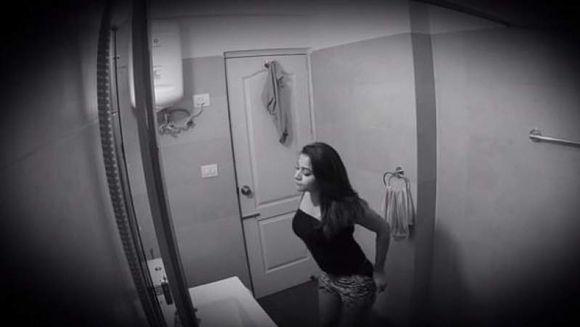 Femei filmate fara sa stie in baile unor restaurante sau in cabinele de proba ale unor magazine! Unde erau ascunse camerele