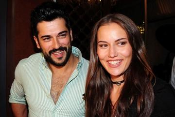 Burak Ozcivit si Fahriye Evcen, pentru prima data in public, alaturi de fiul lor! Iata prima imagine cu bebelusul Karan, surprinsa la un hotel din Bodrum, unde celebrii actori au ales sa isi petreaca prima vacanta in trei!
