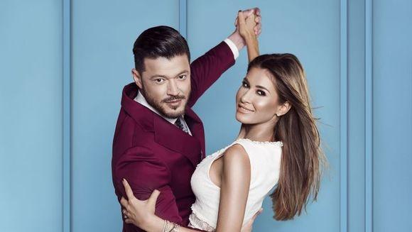 """Cristina Mihaela Dorobantu si Victor Slav, pregatiti pentru spctacolul dansului! Iata cum au fost surprinsi cei doi prezentatori ai show-ului """"Imi place dansul"""", la sedinta foto!"""