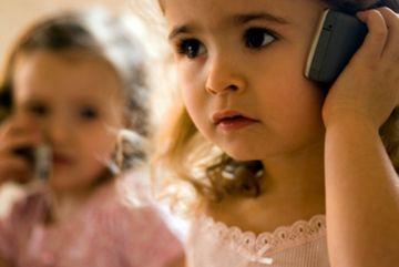Telefonul afecteaza creierul si metabolismul! Ce arata cele mai noi studii si ce sa faci ca sa te feresti cat mai mult de radiatiile periculoase