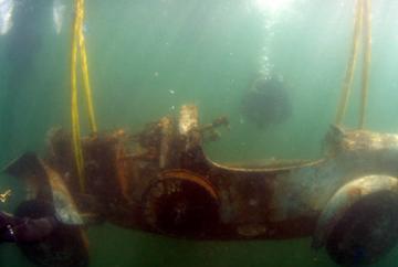 Mașina zăcea de 70 de ani pe fundul lacului când un scafandru a găsit-o. Au scos-o. Nu s-a mai văzut așa ceva! Doamne, ce nebunie!