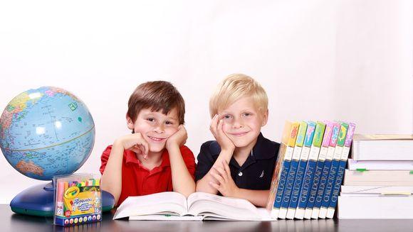An școlar 2019-2020. Cât îi costă pe români să-și țină copilul în școală