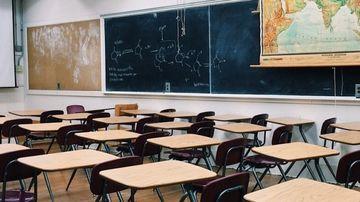 Scandal sexual la o scoala: profesoara facea orgii cu elevii ei minori