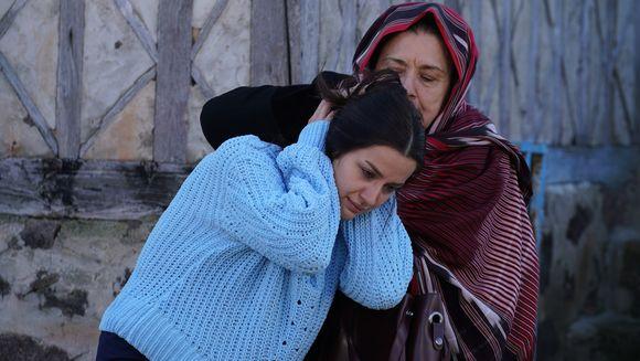 """Mama lui Tahir se napusteste asupra lui Nefes, considerand-o vinovata de tot raul abatut asupra familiei sale! Afla cum va reactiona Tahir si ce decizie radicala va lua, ASTAZI, intr-un nou episod din serialul """"Lacrimi la Marea Neagra"""", de la ora 20:00"""