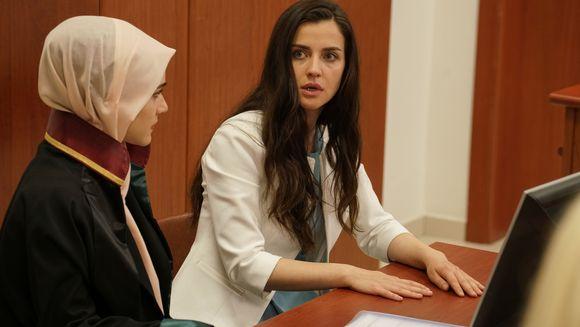 """Nefes lupta pentru custodia fiului ei! Afla ce se va intampla cu micutul Yigit in urma procesului, in aceasta seara, intr-un nou episod din serialul """"Lacrimi la Marea Neagra"""", de la ora 20:00, la Kanal D"""