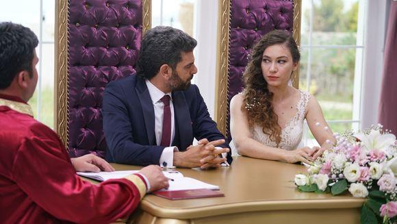 """Zilele de libertate ale lui Vedat sunt numarate! Afla la ce strategie va recurge Tahir pentru a reda linistea familiei sale, in aceasta seara, intr-un nou episod din serialul """"Lacrimi la Marea Neagra"""", de la ora 20:00, la Kanal D!"""