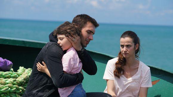 """Tahir, situatie fara iesire! Afla ce decizie radicala va lua barbatul pentru a incerca sa isi salveze familia, in aceasta seara, intr-un nou episod din serialul """"Lacrimi la Marea Neagra"""", de la ora 20:00, la Kanal D!"""