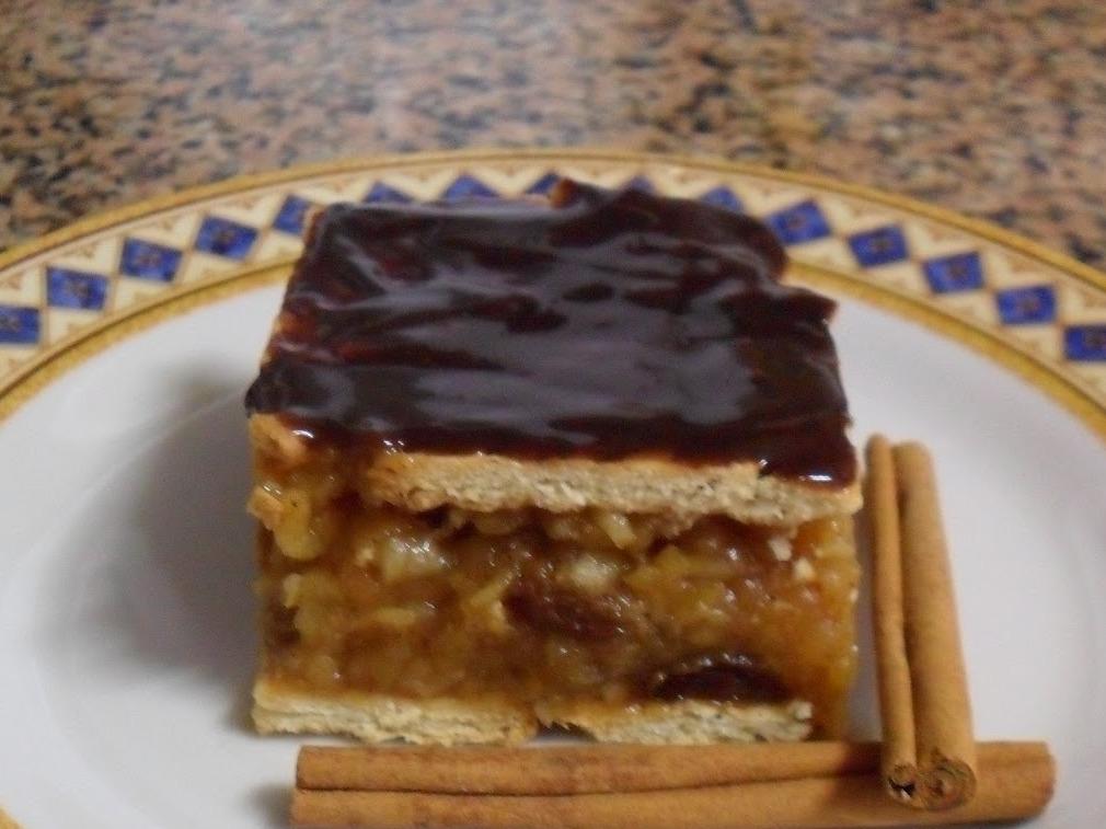 Prăjitură fără coacere cu mere și biscuiți, de post