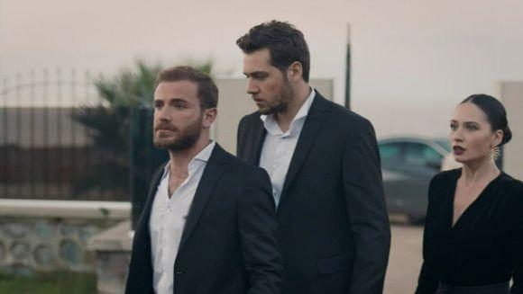 """Murat si Fatih, in pericol de moarte! Afla ce se va intampla cu cei doi frati in timp ce se zbat sa o salveze pe Nazar de furia dezlantuita a lui Vedat, astazi, intr-un nou episod din serialul """"Lacrimi la Marea Neagra"""", de la ora 20:00, la Kanal D"""