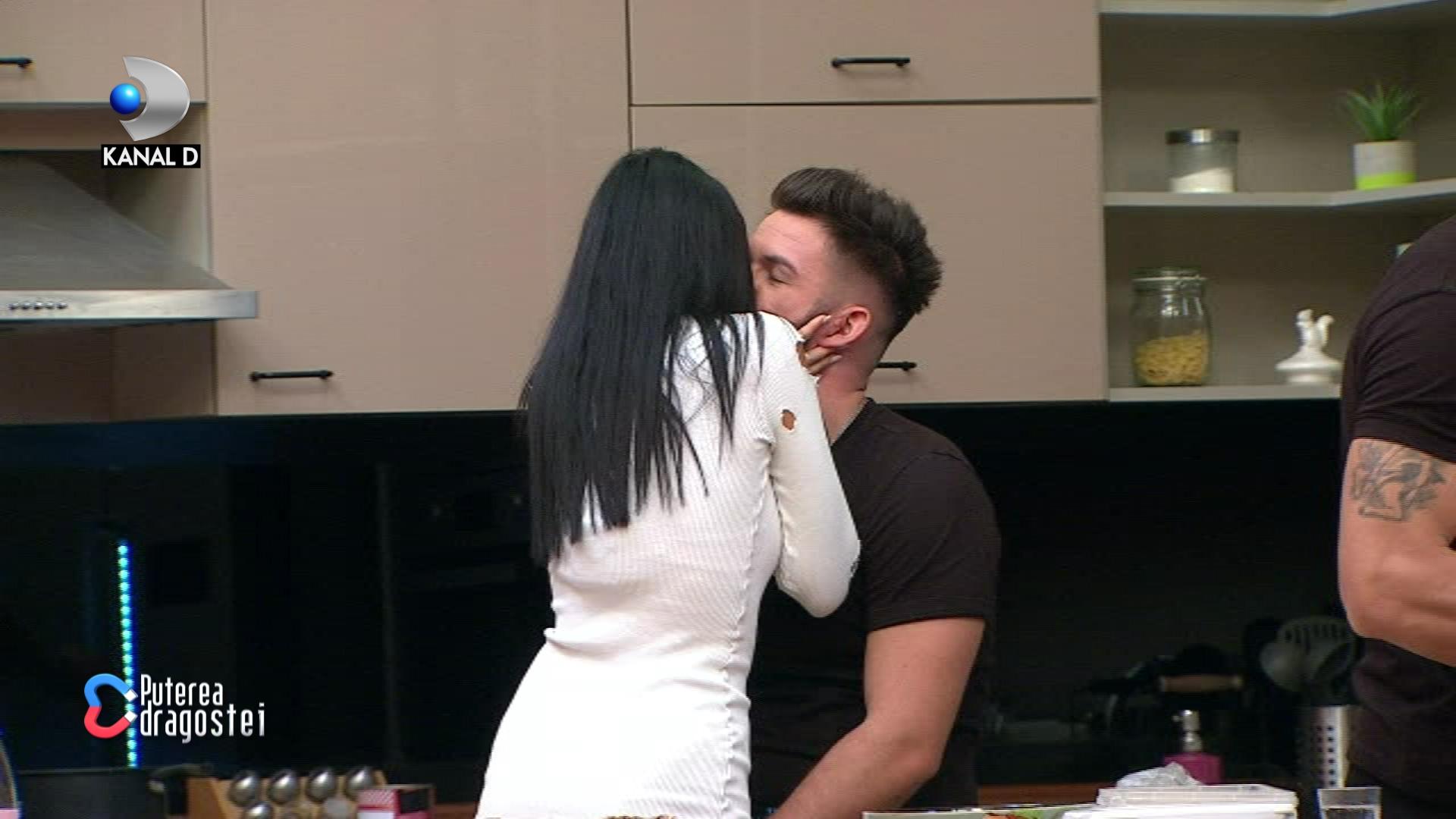 Ricardo și Manuela formează oficial un cuplu! S-au sărutat în fața tuturor! Cum se alintă