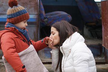 """Nefes se prabuseste sub privirile ingrozite ale micutului Yigit! Afla ce se va intampla cu cei doi si ce masuri va lua Tahir pentru a-si recupera sotia si fiul, ASTAZI, intr-un nou episod din serialul """"Lacrimi la Marea Neagra"""", de la ora 20:00, la Kanal D"""
