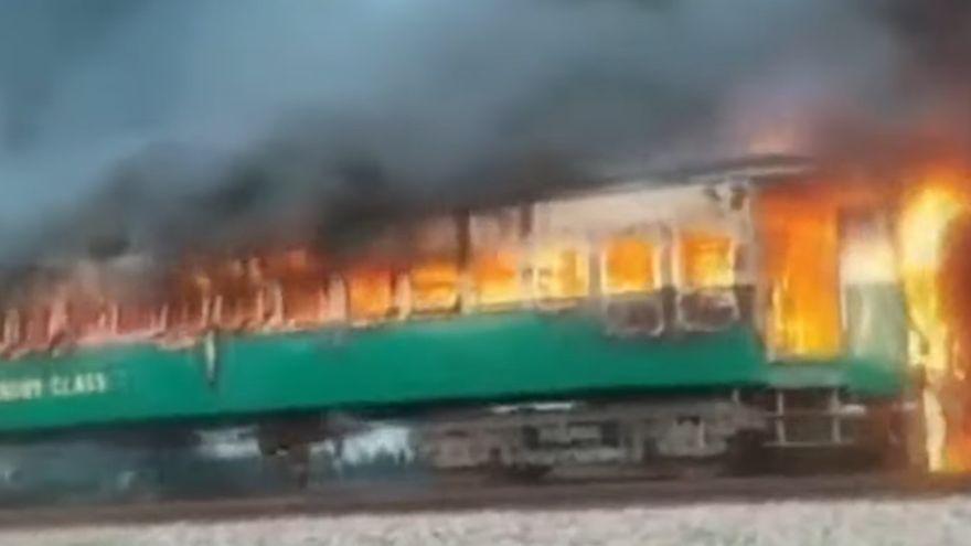 Pakistan - Un tren plin cu oameni a luat foc: 65 de morti si zeci de raniti. Imaginile groazei