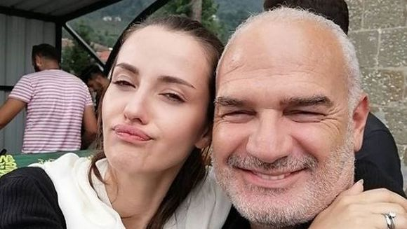 """Fikret din serialul """"Lacrimi la Marea Neagra"""", un tata devotat si implinit in viata reala! Iata ce familie frumoasa are celebrul actor Erdal Cindoruk!"""