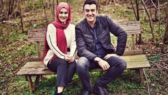 """Comisarul Ali din serialul """"Lacrimi la Marea Neagra"""", nunta de poveste cu aleasa inimii sale! Iata cum arata femeia care l-a cucerit iremediabil pe carismaticul Temmuz Gürkan Karaca si cum au stralucit cei doi miri, in ziua grandiosului eveniment!"""