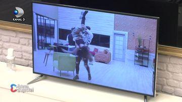 """Roxana și Iancu, scene desprinse din filmele pentru adulți! A luat-o pe sus și a trântit-o pe canapea: """"Ți-o dau""""! Ce reacție a avut Denisa"""