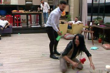 """Anarhie în casa """"Puterea dragostei""""! Jador le-a udat din cap până în picioare pe Manuela și Ella! Cum s-au răzbunat cele două"""