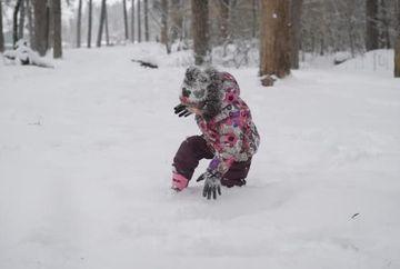 O fetita de cinci ani a plecat de acasa in ciorapi la -35 de grade, cu fratiorul ei in brate, ca sa ceara ajutor