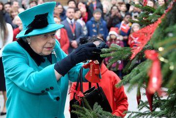 Regina Elisabeta le face cadouri de Craciun angajatilor sai. Ce dar special le ofera suverana celor 1500 de oameni