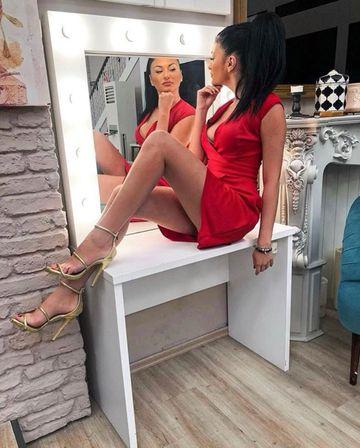 INCREDIBIL ce comentariu a primit Manuela la aceasta fotografie: ''Desfa picioarele iubirea mea''