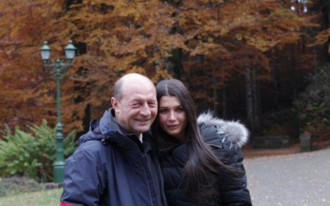 """Traian Basescu nu o ajuta cu bani pe Elena Basescu: """"Este singură, divorţată şi are trei copii şi îi creşte. Dacă vrei să creşti trei copii îi creşti"""""""