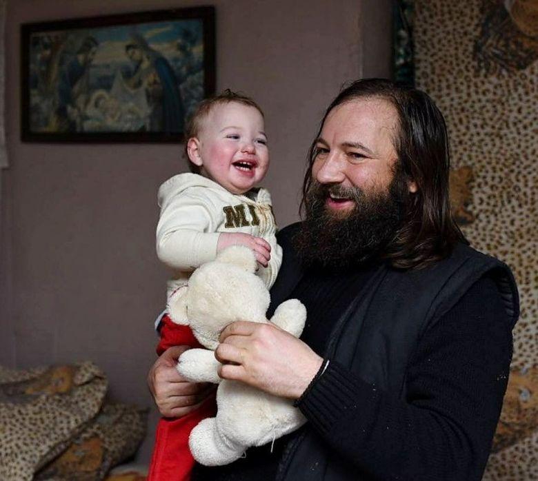 """Povestea uluitoare a preotului Dan Damaschin, care are grijă de peste 4.000 de copii: """"Îi iubim, pur și simplu"""""""