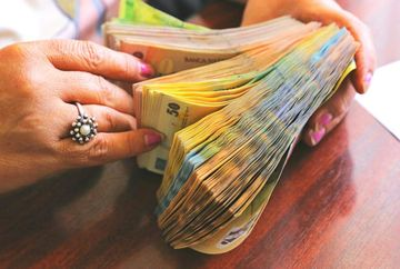 Salarii mai mari cu 75% pentru bugetari. Cine sunt romanii care beneficiaza din 2020 de maririle uriase la venituri