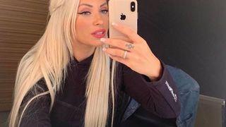 Imaginile pe care Andreea Pirui le-ar vrea sterse! Cu sticla de bautura in mana isi ridica bluza in fata mai multor barbati!